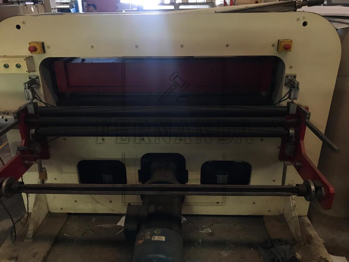 Uma máquina de perfurar couro marca Detec, ano 2012